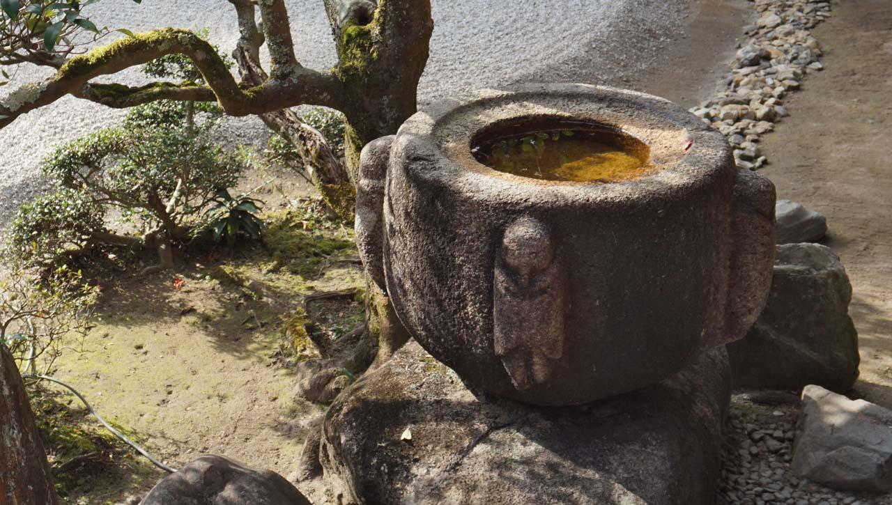 曼殊院 梟の手水鉢