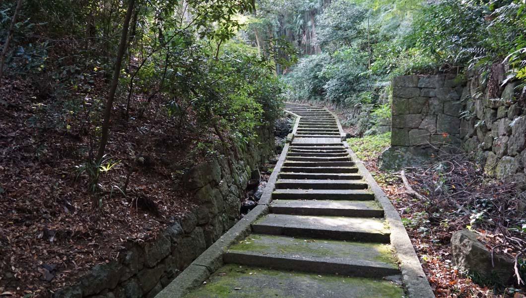 石清水社への石段
