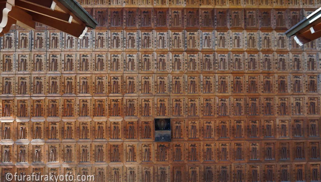 石像寺 本堂裏の壁面